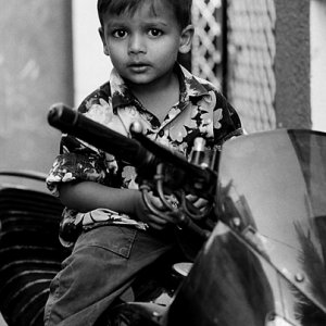バイクに跨った男の子