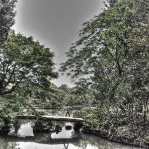 石橋を渡る人影