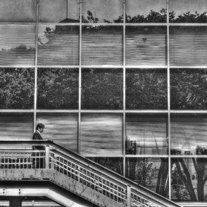 歩道橋を下る人影