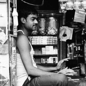小さな店の中に座る男