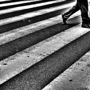 道路を横断する人影
