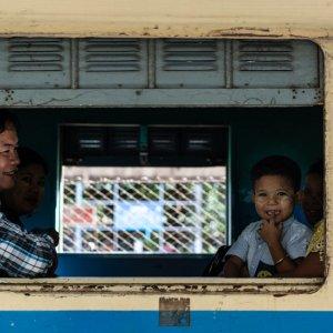 車内で発車を待つ家族連れ