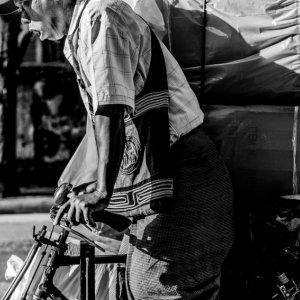 大きな荷物を自転車で運ぶ男