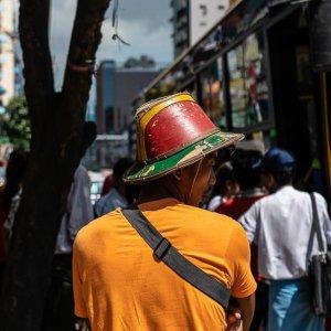 色鮮やかな帽子を被った男