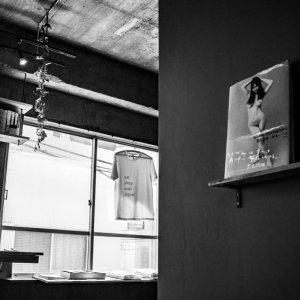 壁に飾られたアラーキーの写真集