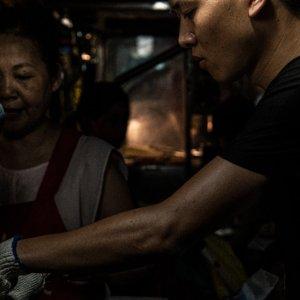 臨江街夜市で働く若者