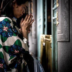 龍山寺で真剣にお参りする女性