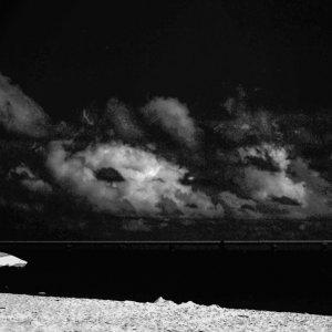 誰もいないビーチに立つパラソル