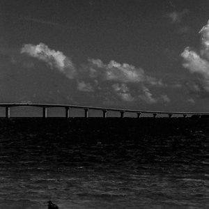 与那覇前浜ビーチで砂遊びする女の子