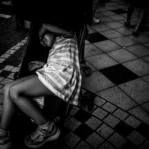 ベビーカーの上でぐったりした幼い女の子