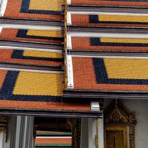 ワット・プラケオに建つ色鮮やかな屋根を持つお堂