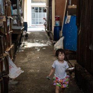通路をひとりで歩く女の子