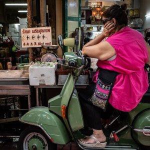 バイクの上で考え事をしていた女性