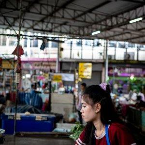 メークロンの市場で働いていた若い女性