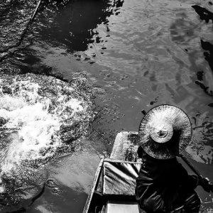 ダムヌン・サドゥアック水上マーケットにいたボートの女性の漕ぎ手