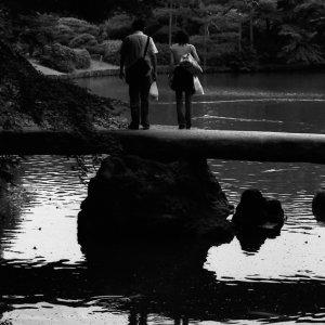 石橋の上に立ち止まるカップル
