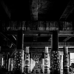 高架橋下の柱に書かれた漢字