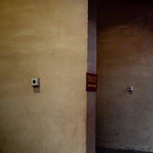 ジャカルタにある金徳院でお参りする男