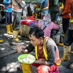 昼食を摂る建設現場の作業員