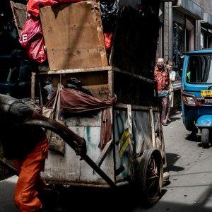渋滞の先頭にはリヤカーを引く男