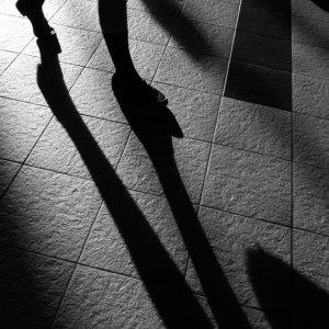 駅構内を歩く脚の影