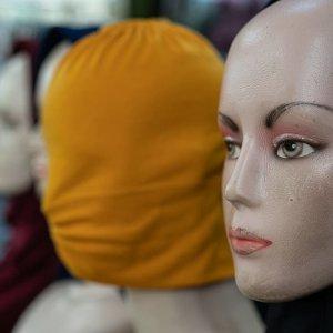 店先に陳列されたヒジャブをかぶったマネキン