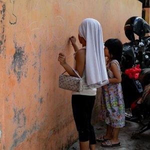 壁に落書きをする女の子
