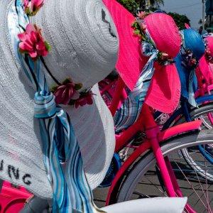 レンタルバイクとカラフルな帽子