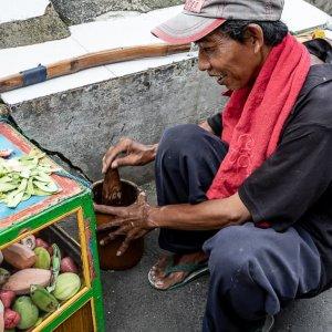 すり鉢ですり潰す果物の行商人
