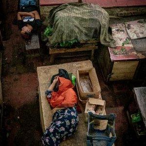 カノマン市場で昼寝する人びと