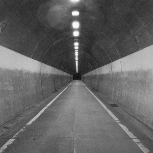 真っ直ぐに伸びたトンネル