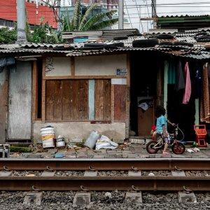 トタン屋根と線路