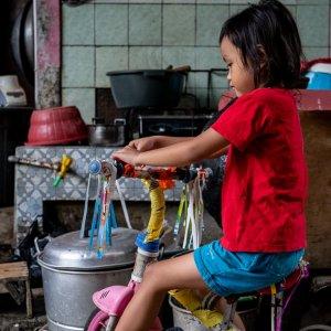 ヒラヒラのついた三輪車に乗った女の子