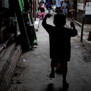 路地で飛び跳ねる男の子