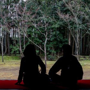 Couple relaxing in the guest hall of the Kotoin