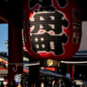 Women in kimono standing in front of the Hozomon Gate