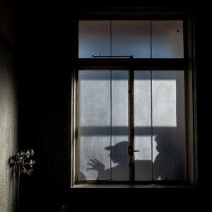 浴室の窓に映った人影