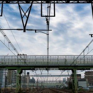 架線の向こうに見える跨線橋