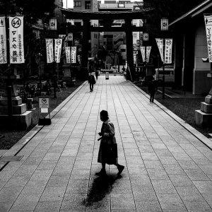 富岡八幡宮の参道を横切る老婆