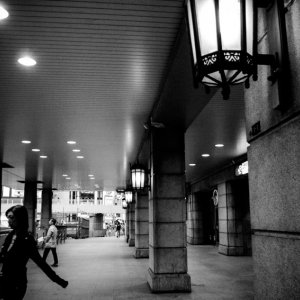 上野駅の柱の間を通り抜けた女性