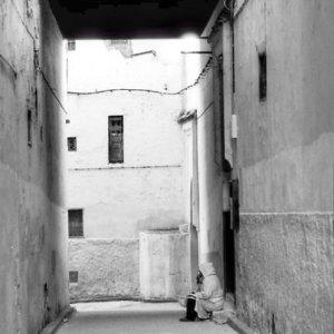 狭い路地の人影