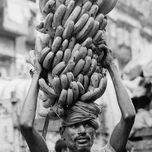 頭上に載せられた大きなバナナの房