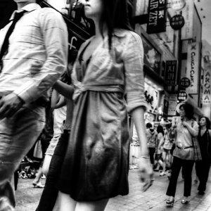腕を組んで歩くカップル