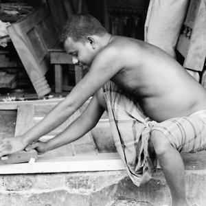 家具を作っている男