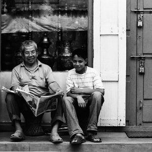 並んで腰を下ろした父と息子