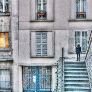 階段を歩く女の子