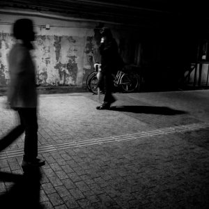 薄暗い道を歩く人影