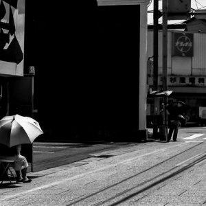 道端の大きな日傘