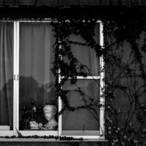 窓辺に置かれた女性の彫像