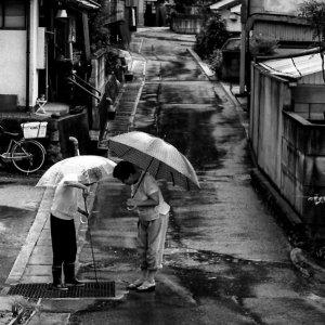 雨の中に立つ二人の女
